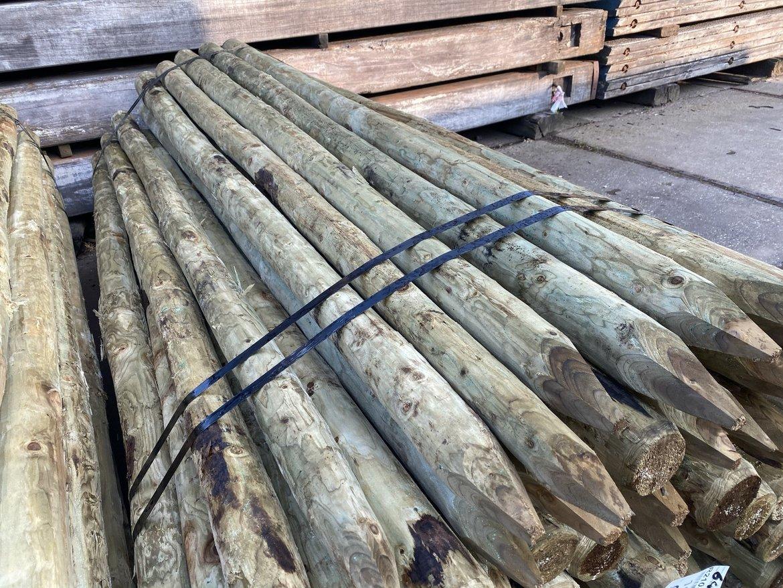 Gewolmaniseerde-ronde-vurenhouten-palen