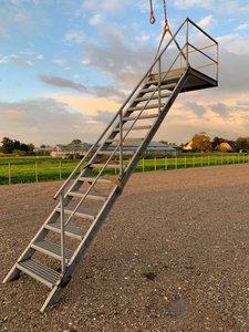 Gegalvaniseerde trap met loophoogte 325 cm met plateu