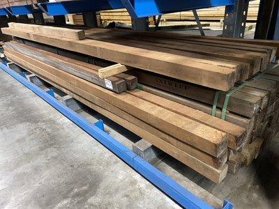 10x10 cm hardhouten fijn bezaagde palen voor beschoeiing en of constructie